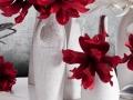 Biela keramika s červenými kvetmi