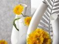 Biela keramika so žltými kvetmi