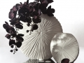 Biela váza s tmavou orchideou