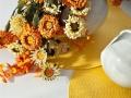 K žltému prestieraniu drobné kvetinky na ozdobu