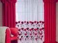 Nádherná záclona s červenými tulipánmi