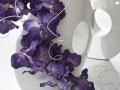 Fialové kvety , bežová váza