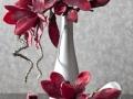 Strieborná váza s červenými kvetmi