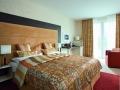 Moderná spálňa s klasickou vzorovanou látkou
