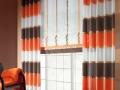 Pásikavý moderný záves s pásikami oranžovej, hnedej a bielej farby